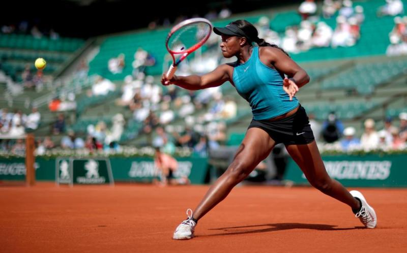 Stephens wins the first set 6-4.