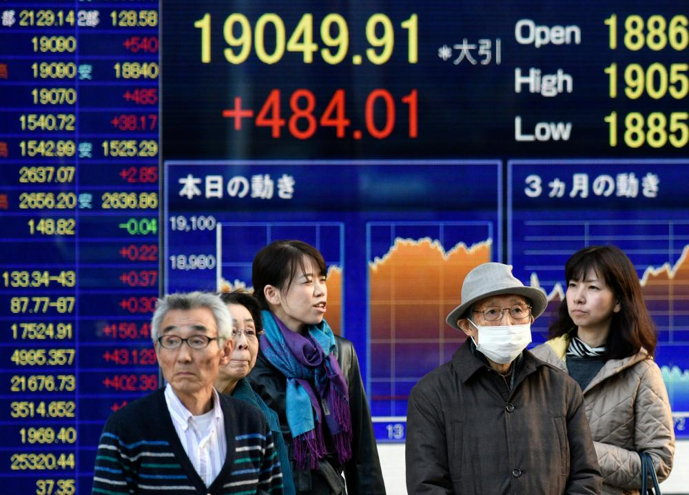 Tokyo shares rise on European and US gains<br>epa05070695 Pedestrians stand in front of a stock markets indicator board in Tokyo, Japan, 16 December 2015. Shares in Tokyo rose strongly after two days of losses. Encouraged by gains in Europe and the United States, the benchmark Nikkei 225 Stock Average closed up 484.01 points, or 2.61 per cent, to close at 19,049.91. EPA/FRANCK ROBICHON
