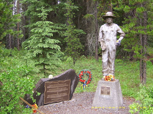 تندیس یادبود اسرای اوکراینی در پارک ملی بنف همراه با پلاکی با عنوان «چرا؟»
