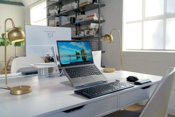 Kensington SmartFit® Easy Riser™ laptopställ på skrivbord