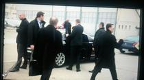 Iohannis in momentul in care si-a trantit haina pe masina