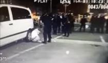 Scena în care un protestar este bătut de jandarmi, după ce a ridicat mâinile deasupra capului