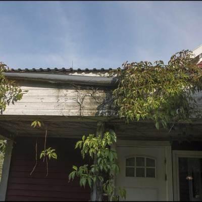 Takränna och skadad fasad
