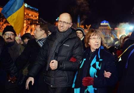 La représentante de la diplomatie européenne Catherine Ashton (d), l'un des leaders de l'opposition ukrainienne, Arseni Iatseniouk (g) et l'ancien ministre ukrainien des Affaires étrangères Volodymyr Ohryzko visitent un camp de manifestants à Kiev, le 10  ( Sergei Supinsky (AFP) )