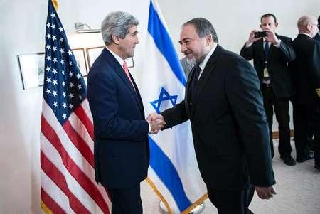 Le secrétaire d'Etat américain John Kerry (g) tient une conférence de presse, le 2 janvier 2014 à Jérusalem, avec le Premier ministre israélien Benjamin Netanyahu ( Brendan Smialowski (Pool/AFP) )