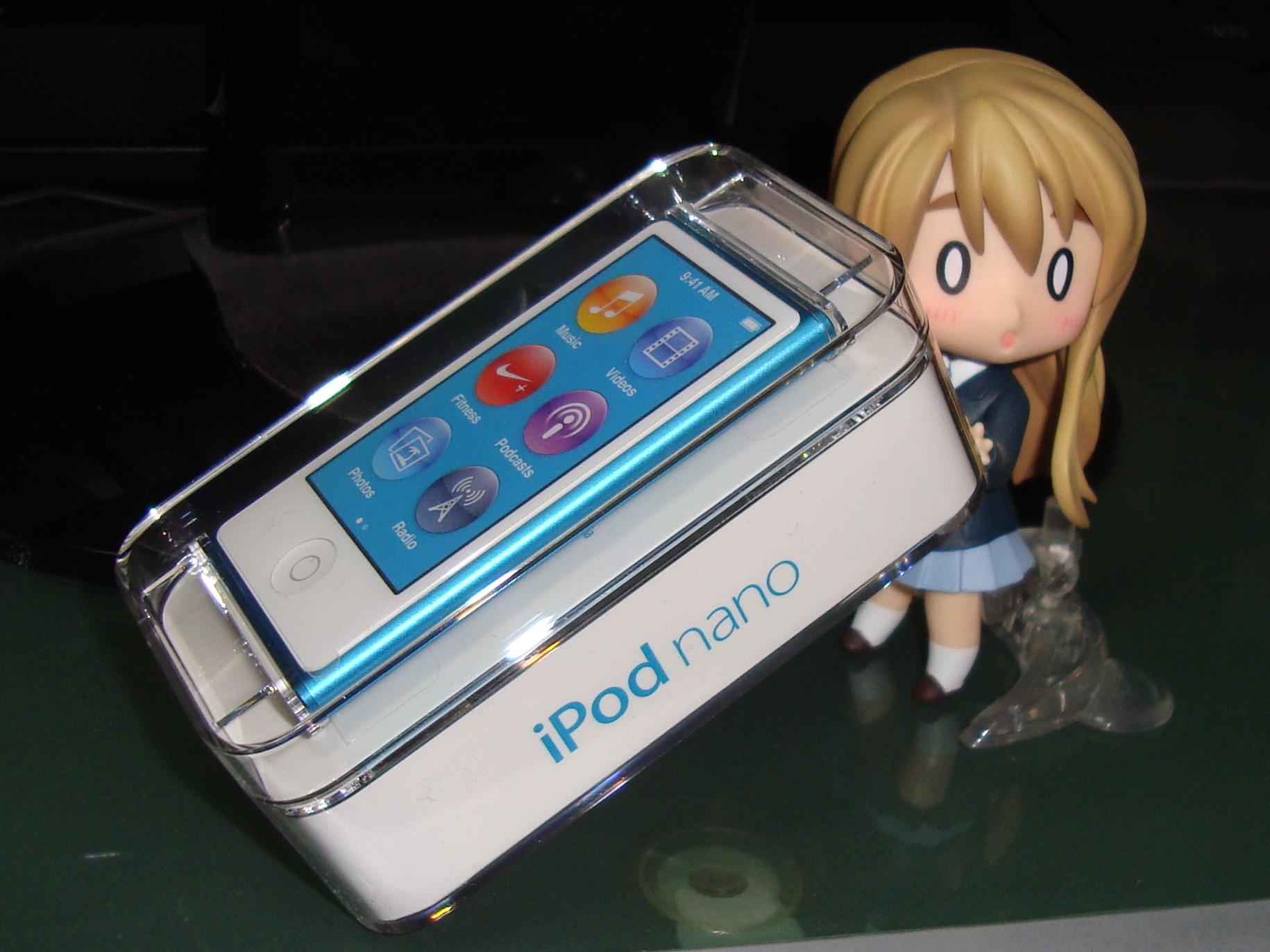 iPod nano 7G (blue, box, Flickr user Setuka)