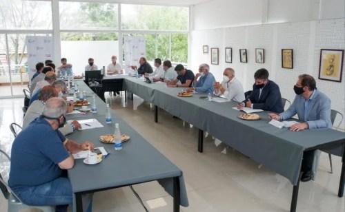 Previo al anuncio, Kicillof se reunió con los intendentes bonaerenses. Acordaron reforzar las medidas sanitarias y hacer cumplir los protocolos.
