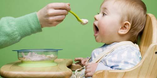Hasil gambar untuk anak kecil makan bubur