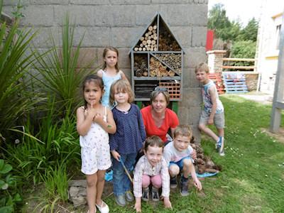 Photo d'enfants qui ont construit un hôtel à insectes après la classe