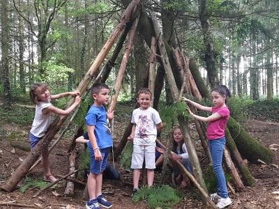 Photo d'enfants qui ont construit une cabane