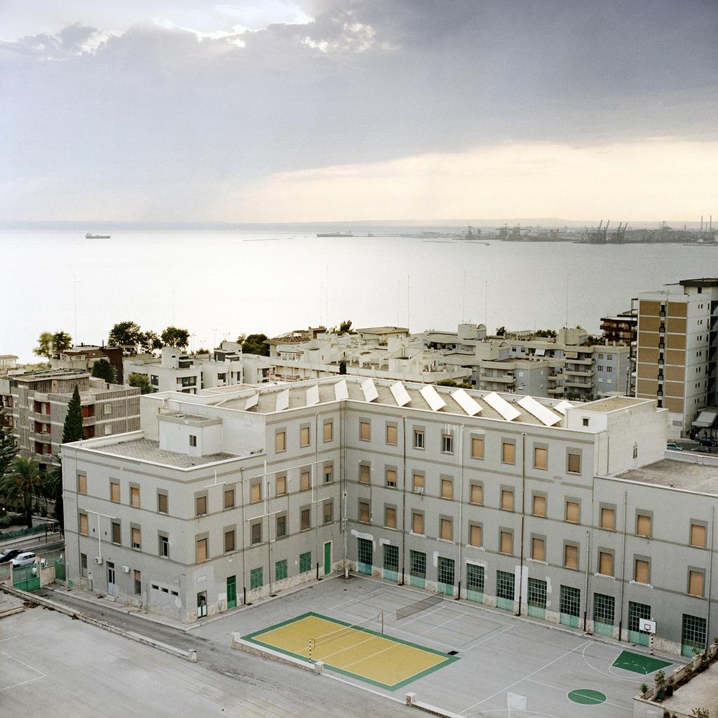 Taranto, lo stabilimento Ilva sullo sfondo. Dopo il raddoppio degli impianti, concluso nel 1975, l'Ilva ha occupato un'area di 1.500 ettari, due volte e mezzo l'estensione della città. -