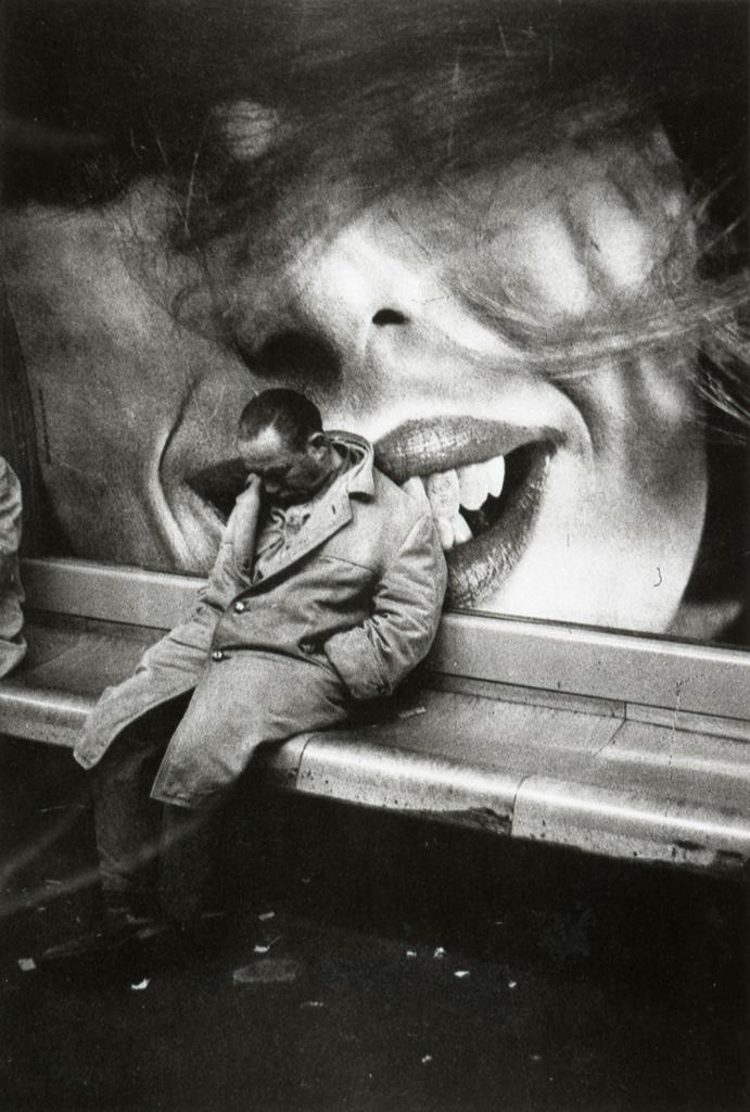 Clochard nella metro, Parigi, 1963. - (Mario Dondero)