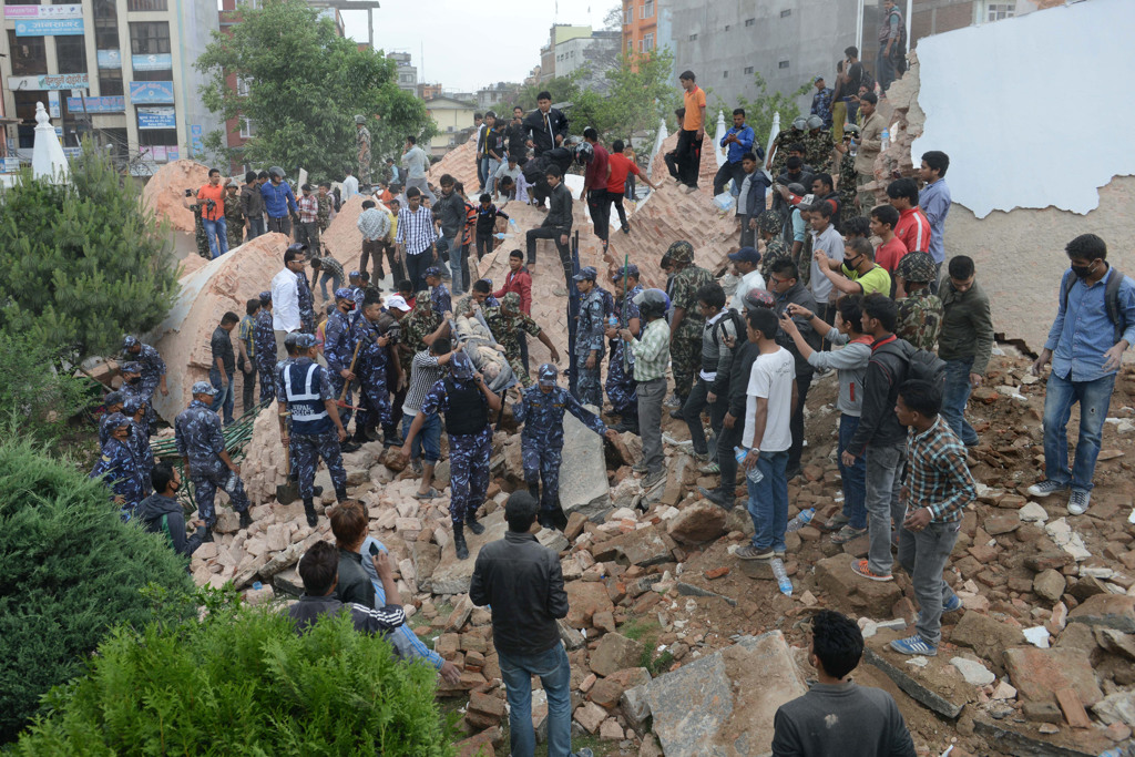 I soccorritori cercano le persone rimaste sotto le macerie della torre di Darahara, a Kathmandu, in Nepal. - Prakash Mathema , Afp
