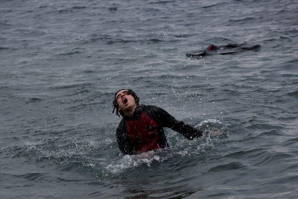 Un profugo siriano nuota verso le coste dell'isola di Lesbo, in Grecia, dopo essersi tuffato dal gommone con cui è partito dalla Turchia. - Petros Giannakouris, Ap/Ansa