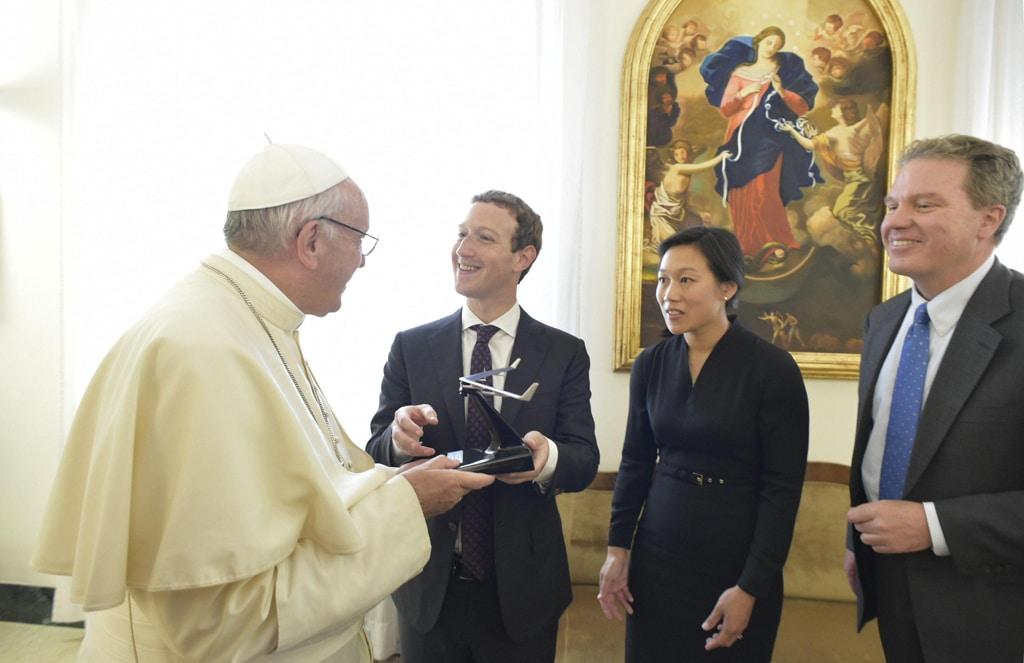 Mark Zuckerberg regala a papa Francesco Aquila, il modellino dell'aereo a energia solare progettato da Facebook, il 29 agosto 2016. - L'Osservatore Romano/Ansa