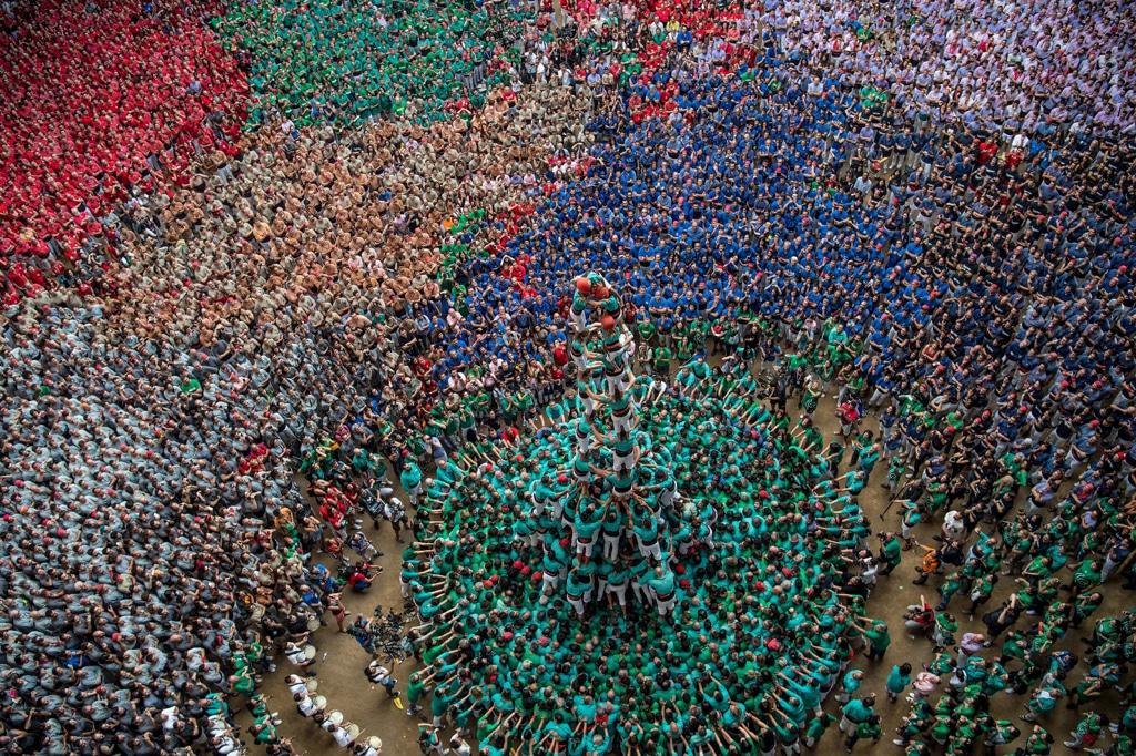 Una piramide umana a Tarragona, in Spagna, durante una festa della tradizione catalana. La sfida tra le torri umane si richiama a una leggenda del diciottesimo secolo. - (David Ramos, Getty Images)
