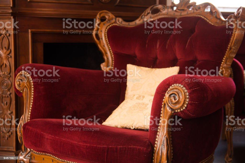 https www istockphoto com fr photo une ancienne chaise en bois tapiss c3 a9e dans un tissu rouge gm946759210 258529683