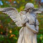 Engel Skulptur Stehen Im Garten Stockfoto Und Mehr Bilder Von Beten Istock
