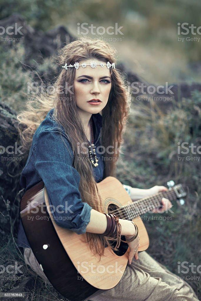 Красивые Хиппи Девушка С Гитара — стоковые фотографии и ...
