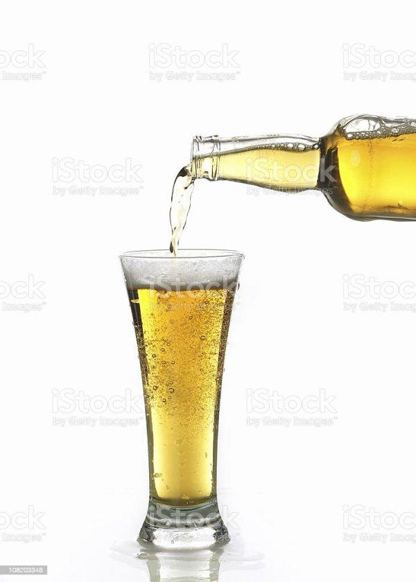 Пиво Выливаются В Бокал — стоковые фотографии и другие ...