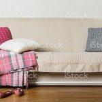 Beige Sofa Mit Plaid Und Bunten Kissen Im Wohnzimmer Stockfoto Und Mehr Bilder Von Behaglich Istock