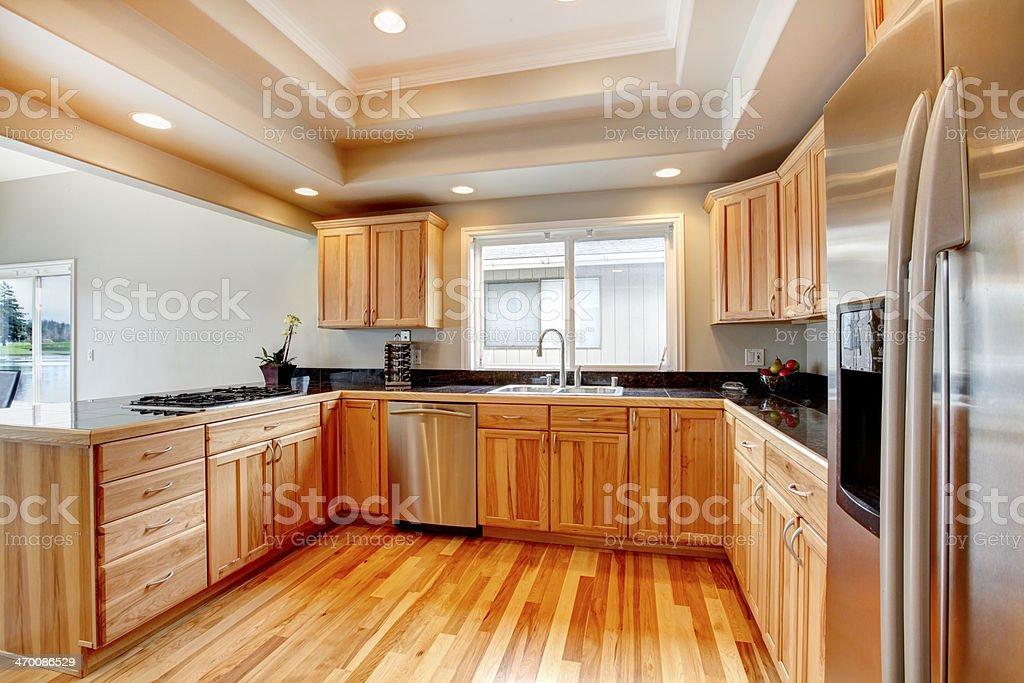 https www istockphoto com fr photo cuisine en bois clair avec plafond c3 a0 caissons gm470086529 34648904