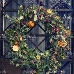 Weihnachtsdekoration Vor Der Haustur Kreative Weihnachten Kranz Aus Tannenzweigen Zapfen Und Zitrusfruchte Stockfoto Und Mehr Bilder Von Alt Istock