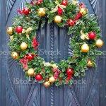 Weihnachten Dekoration Kranz Auf Eine Klassische Haustur Eines Alten Hauses Stockfoto Und Mehr Bilder Von Alt Istock