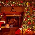 Weihnachten Kamin Und Weihnachtsbaum Geschenke Geschenke Dekorationen Neujahr Nach Hause Innen Hintergrund Stockfoto Und Mehr Bilder Von Baum Istock