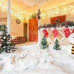 Weihnachtenschneemann Und Dekoration Auf Holz Auf Der Terrasse Hell Mit Girlanden Stockfoto Und Mehr Bilder Von Antiquitat Istock