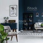 Dunklen Wohnzimmer Interieur Mit Pflanze Gestreifte Teppiche Metallregal Sessel Und Sofa Im Hintergrund Stockfoto Und Mehr Bilder Von Beige Istock