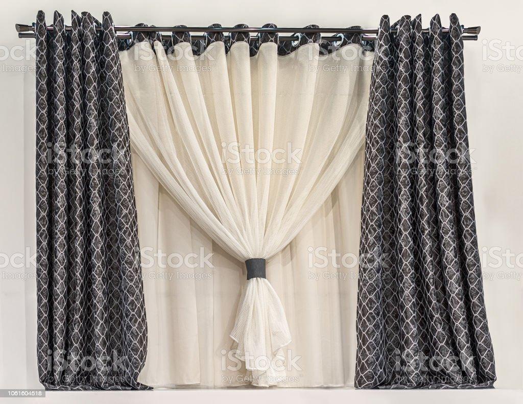 photo libre de droit de conception dune petite fenetre dans un style moderne combine de rideau avec oeillets tissu noir avec un motif geometrique plaine tulle leger avec contraste garniture sur le