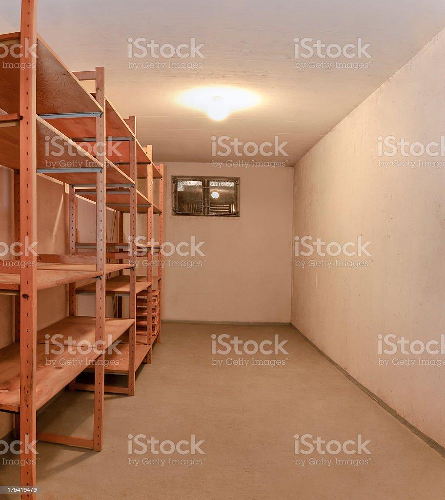 https www istockphoto com fr photo vide chambre en sous sol de rangement en bois illumin c3 a9 lampe etag c3 a8re du plafond gm175419479 20637215