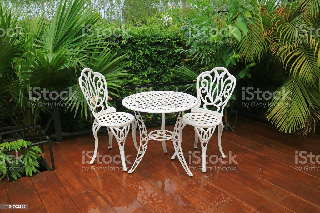 vacia mesa de te de jardin de hierro forjado blanco y sillas en el patio despues de la lluvia foto de stock y mas banco de imagenes de agua istock