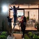 Familie Schmuckt Das Haus Fur Weihnachten Und Hangende Lichter Stockfoto Und Mehr Bilder Von Christbaumkugel Istock