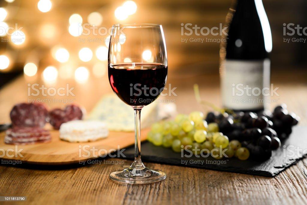 photo libre de droit de verre de vin rouge francais fromage et charcuterie dans le tableau en bois restaurant romantique atmosphere lumineuse et confortable dim banque d images et plus d images libres de