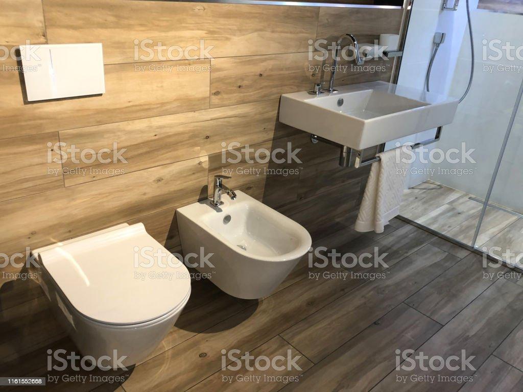 photo libre de droit de image de vestiaire suedois moderne salle de bains de toilette suite avec mur blanc accroche wc de toilette et siege etroit doux couvercle et bidet assorti avec