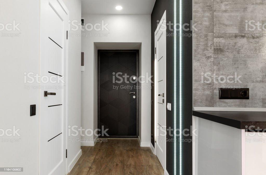 photo libre de droit de interieur dun nouvel appartement vide long couloir de la maison avec parquet mur blanc et portes espace de copie couloir dentree banque d images et plus d images libres