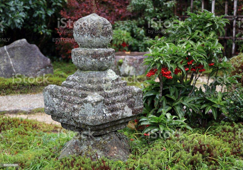 https www istockphoto com fr photo pierre de d c3 a9coration jardin japonais couvre de mousse de lichen et larbre darri c3 a8re gm898354886 247872813