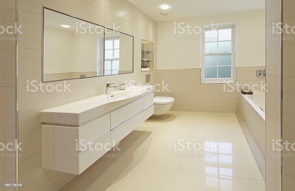 https www istockphoto com fr photo grand coup de couleur cr c3 a8me la salle de bains gm180716249 24243892
