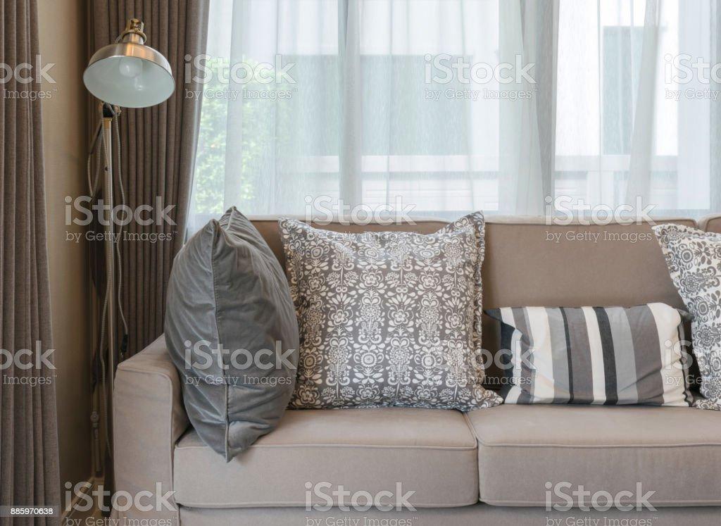 https www istockphoto com fr photo salon avec canap c3 a9 marron et coussins c3 a0 motifs gris gm885970638 246081710