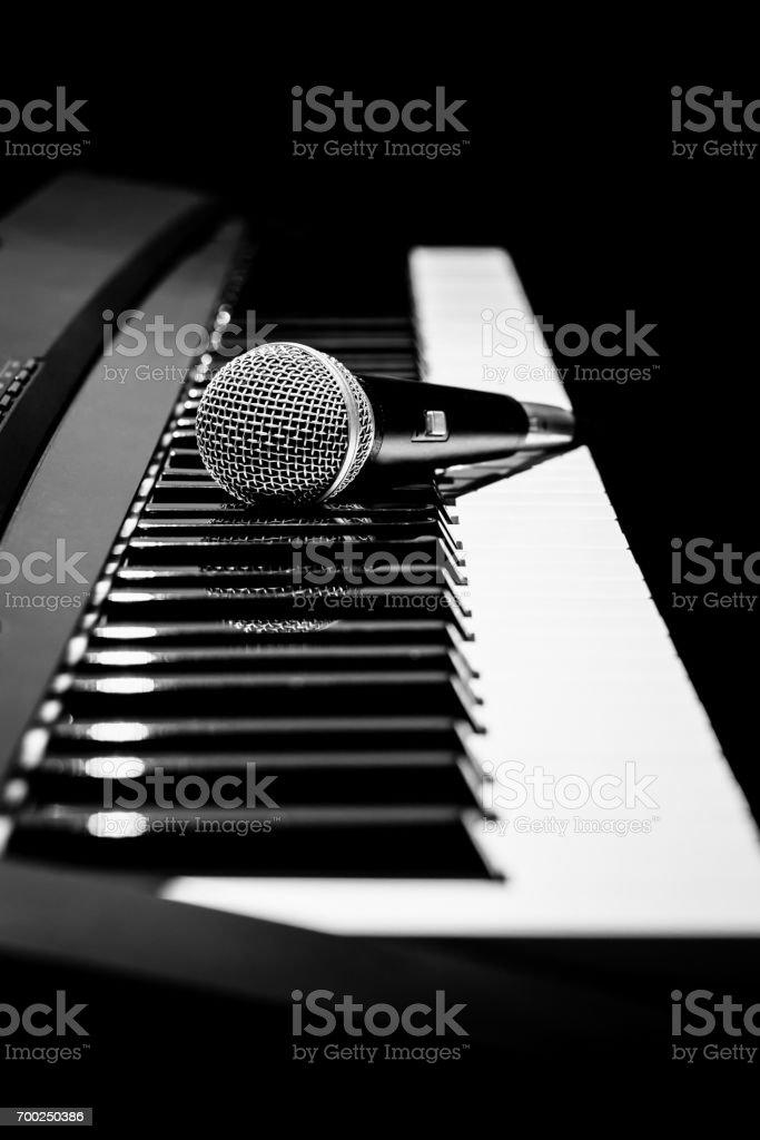 photo libre de droit de microphone sur le piano noir et blanc musique de fond banque d images et plus d images libres de droit de art istock