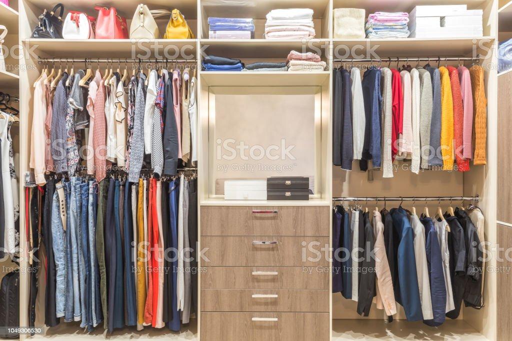 https www istockphoto com fr photo armoire en bois moderne avec des v c3 aatements suspendus sur rail en dressing gm1049306530 280631372
