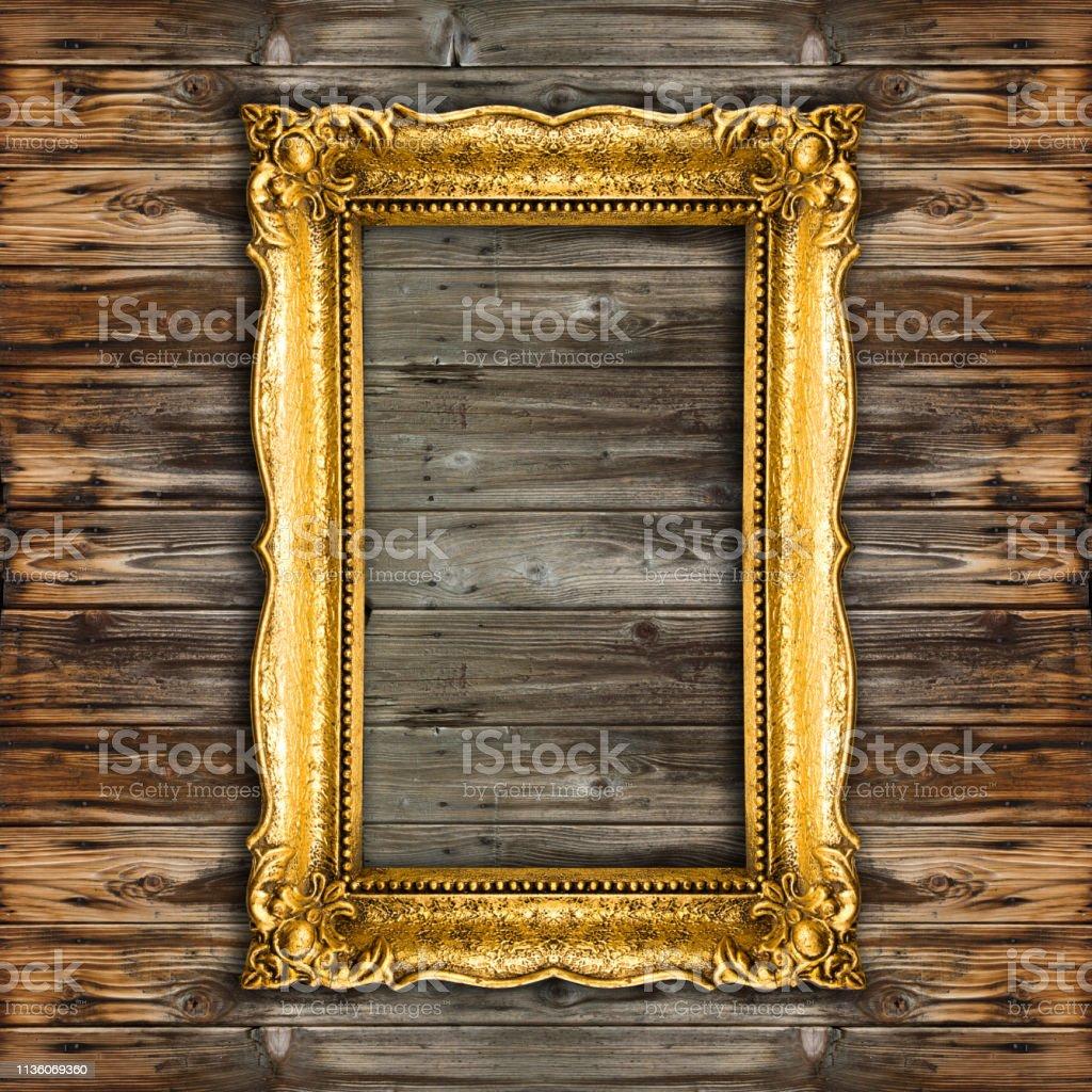 https www istockphoto com fr photo vieux cadre de photo dor sur le fond en bois gm1136069360 302449194