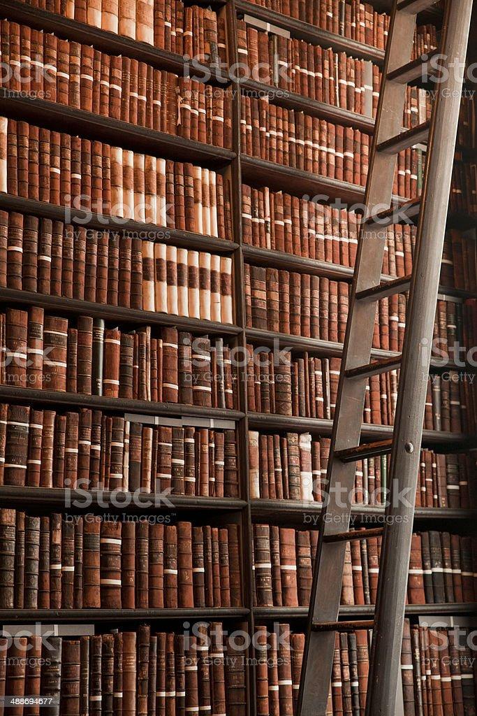 https www istockphoto com fr photo ancienne biblioth c3 a8que gm488694677 37311760