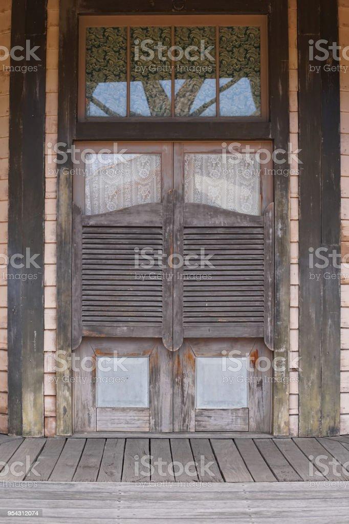 photo libre de droit de old western saloon des portes battantes style de cowboy far west se balancant la porte dun immeuble ancien de louest banque d images et plus d images libres de