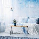 Pflanzen Sie Auf Holztisch Vor Bett Mit Blauen Kissen Im Schlafzimmer Innenraum Mit Schwarz Lampe Stockfoto Und Mehr Bilder Von Aquarell Istock