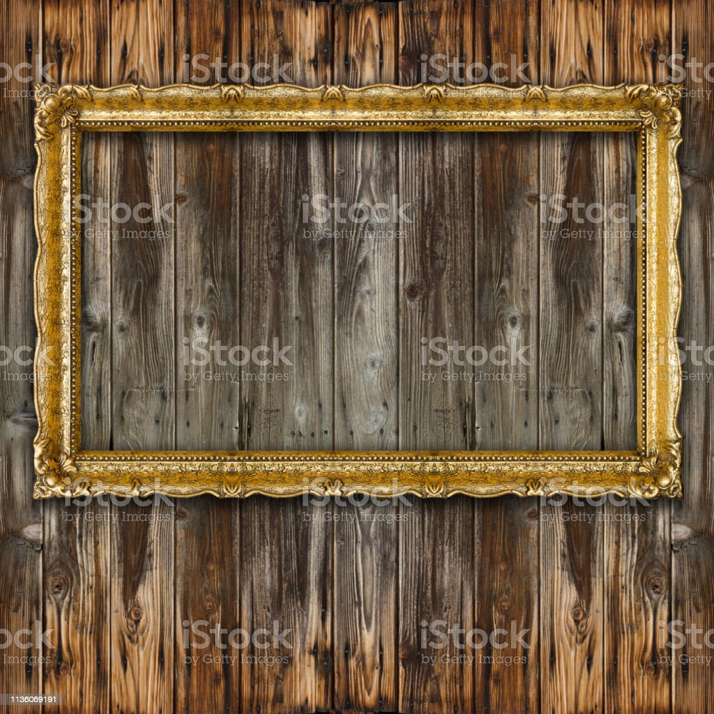 https www istockphoto com fr photo r c3 a9tro grand vieux cadre photo or sur mur en bois gm1136069191 302449014