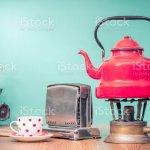 Retroclassic Rot Wasserkocher Auf Gasherd Eine Tasse Tee Veraltete Brot Toaster Kuche Board Und Vintage Manuelle Fleisch Chopper Auf Eiche Holztisch Vor Mint Grun Hinterlegt Alten Stil Gefilterten Foto Stockfoto Und Mehr