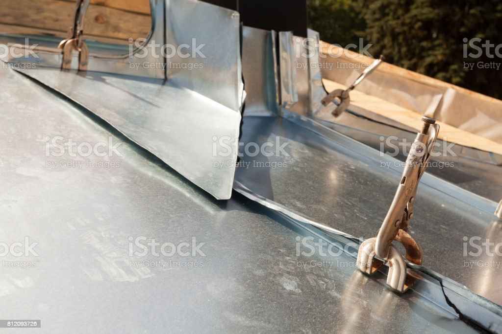 https www istockphoto com fr photo toit en construction garniture de chemin c3 a9e avec le zinc gm812093726 131375259